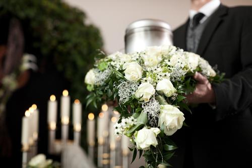 Trauergesteck mit weißen Rosen Gärtnerei Kirchblüte